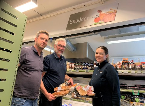 METTER MAGER: Snadderdisken trekker hver dag mange sultne kunder til forretningen, forteller Hugo Karlsen og barna Einar Karlsen og Inger Marie Thingvald.