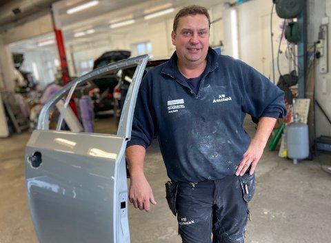 ØKNING: Billakkerer, Bjørn Torgersen forteller at verkstedet får inn mange biler som har blitt bulket under parkering.