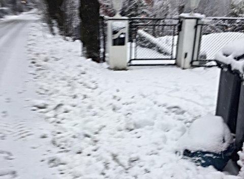 MÅKT INNE: En innbygger på Hvalstad satt ikke pris på hvordan kommunen hadde måkt snøen inn i innkjørselen.