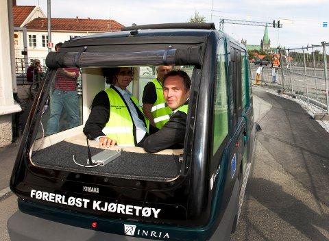 ASKER KOMMUNE FIKK SVI: Daværende fylkesordfører Tore O. Sandvik markerer starten på prøvekjøringen, som første passasjer på prøvekjøring av  førerløse bykjøretøyer for første gang i Norge i 2009. Demonstrasjonen fant sted i Trondheim. RHA har i motsetning til kommunen kjøpt bildet via NTBs klippekortordning.