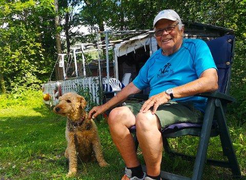 SELSKAP: Håkon Skjolden har hatt mange hunder opp gjennom årene. Her er han med airdaleterrieren Tina (11).