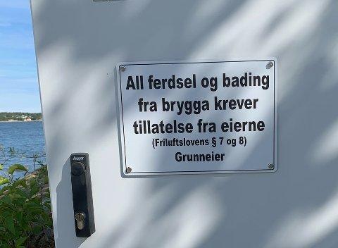 IKKE FORBUDT – IKKE TILLATT: Skiltet viser ikke til at det er forbudt å benytte bryggene, men informerer om at det ikke uten videre er tillatt. – Skiltet kan stå, sier kommunen. FOTO: Privat
