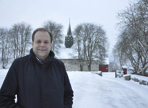 Ny Kirkeverge: Rune Johansen er ansatt som ny kirkeverge i Skiptvet. Han har bodd i Skiptvet i 14 år, og er imponert over de frivilliges innsats i bygda. – Jeg håper å bygge et godt nettverk blant de frivillige, sier han.