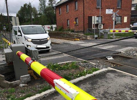 FAST: En bil satte mandag ettermiddag seg fast på planovergangen i Tomter.