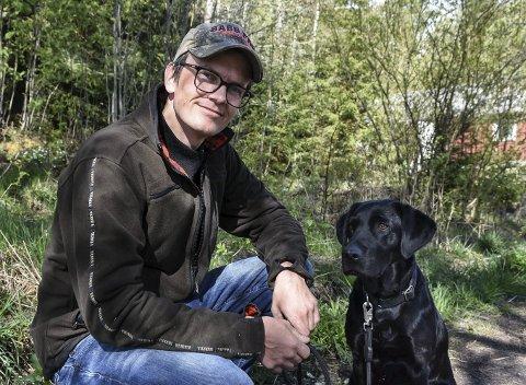AKTIV: Vilt- og utmarksrådgiver Pål Sindre Svaes jaktlabrador Molly er både snill og lydig. Men loven er klar: Båndet skal på.