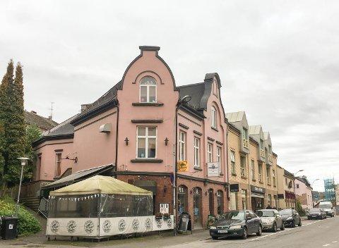 NYE PLANER: Eieren av Sailor's inn pub ønsker å kjøpe tomta mellom Storgata 99 og 101 av Porsgrunn kommune.