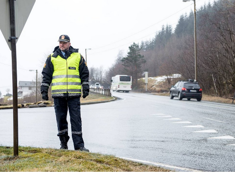UP-SJEF I VEST: Terje Oksnes forteller at politiet ser flere bilister med blikket i fanget, på mobiltelefonen.
