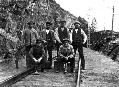 MESTERVERK: Sam Eyde satte i gang uten konsesjon og bygde en 30 km lang jernbane fra Rjukanbrygga ved Heddalsvannet til Tinnoset. Bilder er av rallarsluskene som jobbet fram banen i 1908.