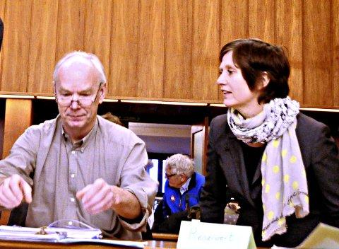 Per Olaf Lundteigen og Kjersti Toppe er i Kristiansund lørdag. Her fra et møte i bystyresalen.