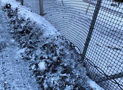 BRØYTET BORT MED SNØEN: Gummigranulatet på Teigars fotballbaner gjør Nicholas Johannessen opprørt.