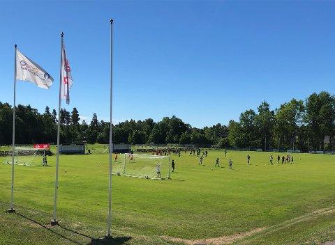 STRÅLENDE: Sola steker og alle hjerter gleder seg på fotballskolene denne uka.