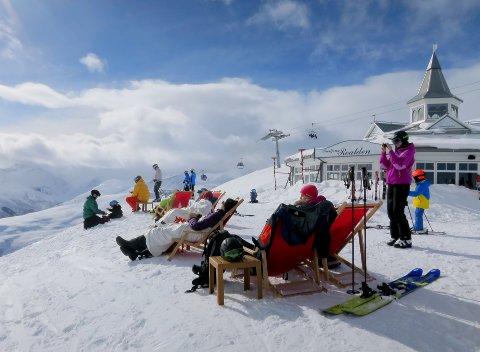 VELLYKKET: Påsken er høytid for «har gått lag skitur med venner»-bilder, «tar en pils med gode venner i solveggen»-bilder og «nå koser vi oss veldig med et glass vin på ferie»-bilder, skriver Karoline Aarvold.