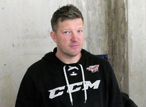 BERGET PLASSEN: Uten å spille har trener Andreas Toft og Tønsberg Vikings sikret seg plass i neste års 1. divisjon i ishockey.