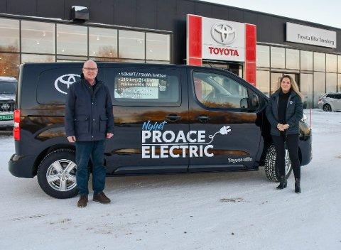 ELEKTRISK: Salgssjef Ulf Ditmansen og salgsleder Næring Marianne Bollman tror flere og flere håndverkere vil vurdere elektriske varebiler. Her er det med el-utgaven av Toyota Proace.
