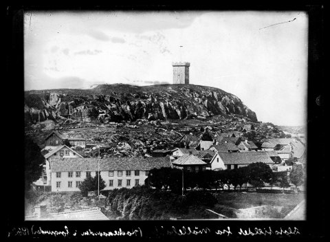 HISTORISK: Dette bildet tok fotografen Th. Larsen fra Møllebakken i retning Slottsfjellet i 1868. Mye har forandret seg siden den gang, Slottsfjellstårnet inkludert.