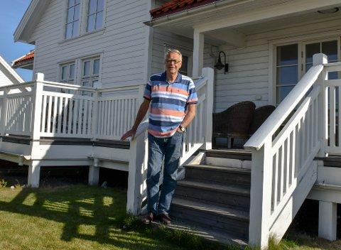 NYTT HJEM: Kjell Gunnar Hoff og kona Kari har flyttet permanent inn i familiens sommerhus på Ringshaug.