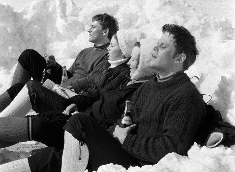 PÅSKESOL: Å nyte påskeferie i solskinn  er et velstandsfenomen. Her er det ungdommer i 1971 som har vært på ski på Hardangervidda først. Foto: Erik Thorberg / NTB