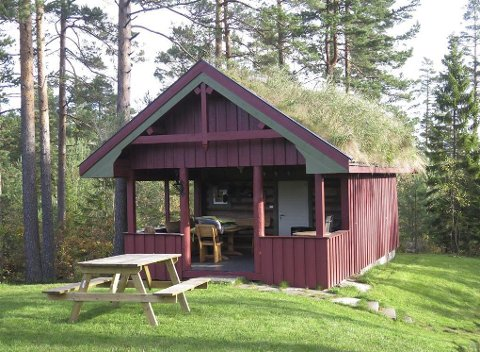 Tilgjengelig: Nøkkel til denne fine, lille hytta kan fås på kommunehuset. Hytta har et rom på 16 m2, pluss en overbygd terrasse. Hytta har også en utedo og utvendig samlingsplass.Foto: Vegårshei kommune