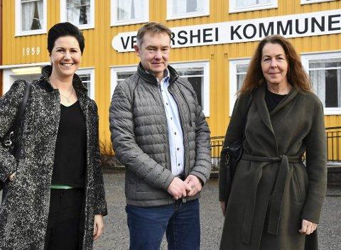 Edith Somdal (t.h.) skal lede det nyetablerte selskapet Vegår videregående skole AS, som planlegger å starte skole på Mauråsen fra 2021. Her er hun sammen med eieren av Mauråsen-bygget, Olav Aas, og ledelsesutvikler Kine Aasheim da planene ble presentert for politikerne på Vegårshei. Arkivfoto
