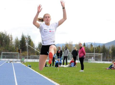 Lengde: Laura van der Veen hadde en travel dag på klubbstevnet på Blåbærmyra, der hun gjennomførte fire øvelser på drøye to timer. Her fra lengdegropa, der hun tøyer seg til 5,05 meter.