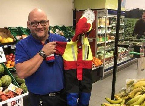 BIDRAG: – At alle barna får dress i samme kvalitet er positivt, synes Anders Thømt, butikksjef ved Rema 1000 i Vestby.