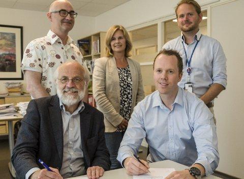 KONTRAKT: Rektor Petter Aasen (foran fra venstre) ved Høgskolen i Sørøst-Norge og Kongsberg Maritimes Pål Andre Eriksen forlenget avtalen. Det likte høyskolens Thomas Brekke (bak fra venstre), masterstudent Gro Merethe Rørvig og Kongsberg Maritimes Vidar Undem godt.
