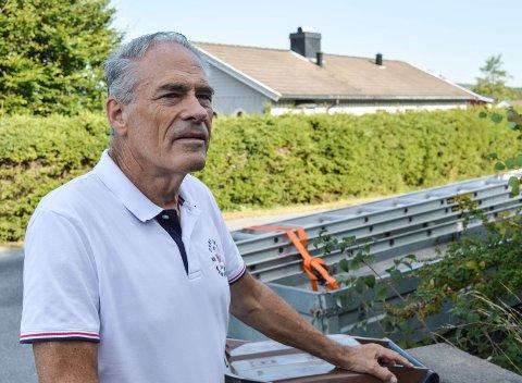 GRUNDIG SJEKK: Takstmann Arne Kronstad oppfordrer unge og uerfarne kjøpere til å sjekke huset grundig, og ta høyde for nødvendige utbedringer. Det eldre huset i bakgrunnen har original takstein. Før eller senere må den skiftes ut.