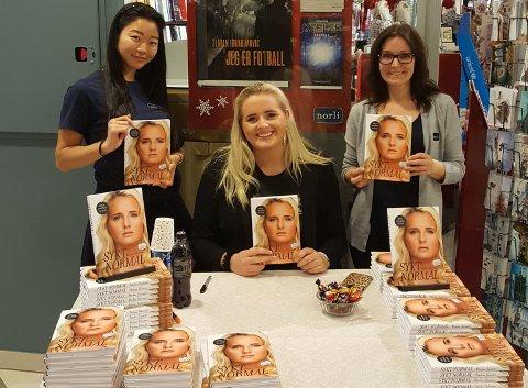 Sykt normal: Blogger Martine Halvorsen (midten) promoterte bok i  bokhandelen på Tangen rett før julen 2018. Her med med Ina Haukland (t.v.) og Marianne Moen (t.h.).