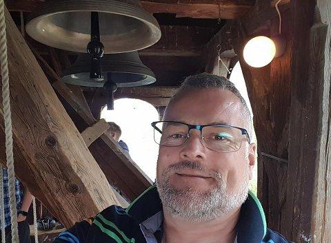 Det ble ringt inn til tre gudstjenester i Nesodden kirke på julaften. Her er Jan Heier ved klokkene.