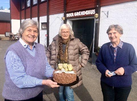 Overrasket: Fra v. Maja Ramskjell, Eva Sedal og Kari Løvberg syntes det er hyggelig at klubben blir satt pris på.
