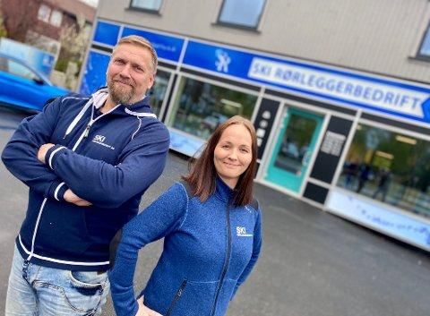 PÅ JAKT: Lars Nannestad og Pia N. Hamarsnes i Ski rørleggerbedrift merker stor forskjell etter flyttingen. Nå er de på jakt etter feler ansatte..