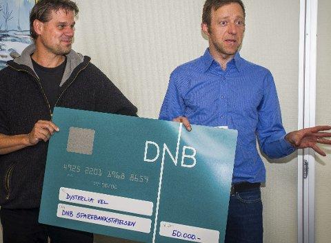 Tok imot gaven: Vel-leder Berry van Waes og Olav Fjeld Kraugerud. foto: Åsmund A. Løvdal foto: Åsmund A. Løvdal