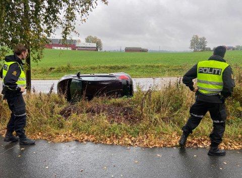 UHELL: Politiet på stedet etter hendelsen. Sjåføren kom uskadet fra trafikkuhellet.