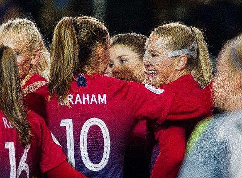 Lisa-Marie Utland (med maske) gratuleres av Caroline Graham Hansen etter å ha scoret ett av sine to mål i EM-kvalifiseringskampen mot Nord-Irland. Foto: Carina Johansen / NTB scanpix