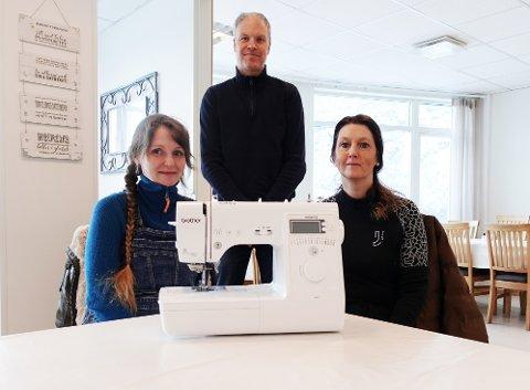 Samarbeid: Fra venstre Mandy Seipt, Kenneth Felling og Linn Foss er spente på mottakelsen når det nå er mulig å få tatt reparasjoner på symaskiner på Nordmøre.
