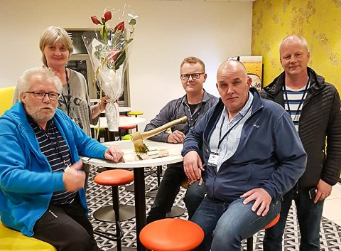 Anne Reidun Blimyr Antonsen (bak til venstre), Roar Antonsen (foran til venstre) og Vidar Christensen (foran til høyre) fra Gjerstad Trialklubb mottok Gulløksa for 2018. Her med to representanter fra Motorsportforbundet.