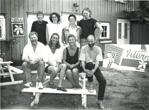 UNGE OG MED PÅGANGSMOT: Her ser vi gjengen i bakgården der Villvins atelier holdt til. Villvinmarkedet ble etablert i 1978, men hadde ett år der det ikke ble arrangert. Dermed er årets marked det 40. i rekken. F.v. bak: Eva Nyhus, Bibiche Mourier, Marita Thomseth, Ketil Sand. Foran, f.v.: Arnfinn Strand, Nina Gresvig, Jorunn Bøe og Arnfinn Haugen