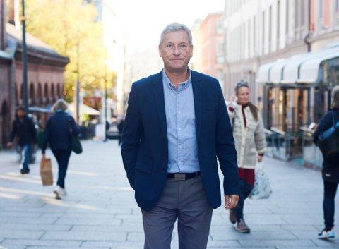 FÅR ÅPNE IGJEN: Bjørn Næss, administrerende direktør i Oslo Handelsstandsforening (OHF) er fornøyd med at butikker og kjøpesentre igjen for holde åpent i Oslo. Samtidig reagerer han på at skjenkestoppen videreføres.