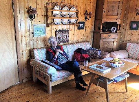 AVSLAPPANDE: Hedwig i den koselege stova på hytta. Sjølv om det alltid er mykje å gjere, slappar Ove og Hedwig av på ein heilt annan måte når dei kjem på hytta.