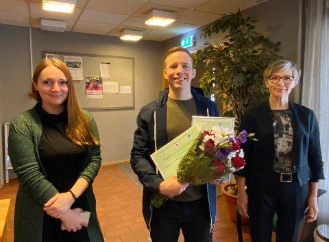 Frivillighet: Andreas Sørgård Olsen mottok frivillighetsprisen for 2020. Her sammen med Jannita Olvik (t.v.) og Ann Jorunn Winther fra Hamarøy Frivilligsentral.