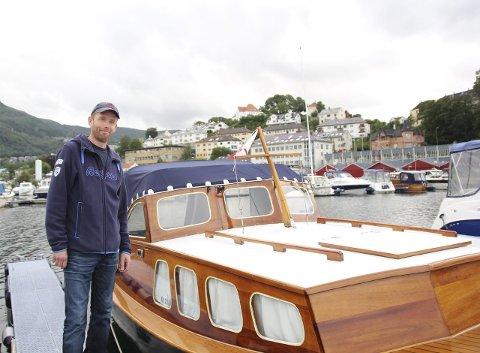 Bjarte Tafjord eier en trebåt som ikke beveger seg i superfart. På grunn                         av dette merker han godt når han båtførere ikke tar hensyn når de kjører forbi.