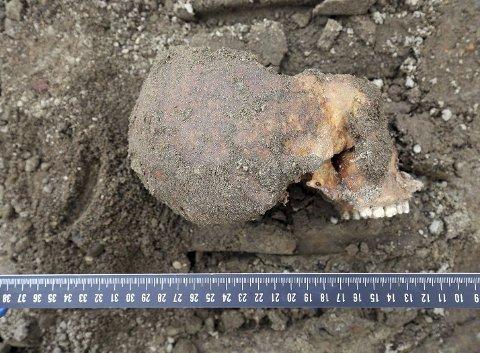 Man vet foreløpig lite om hodeskallene og skjelettdelene som ble funnet under gravearbeid ved jernbanestasjonen 22. september i år.