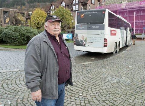 Fortvilet og forbannet: John Arntsen synes det er et stort problem at sikkerhetsbeltene i bussene ikke er store nok til at han får dem på seg. Mandag kom han til Bergen med fly og tok Flybussen til sentrum. Der klarte han ikke ta på beltet. FOTO: ARNE RISTESUND