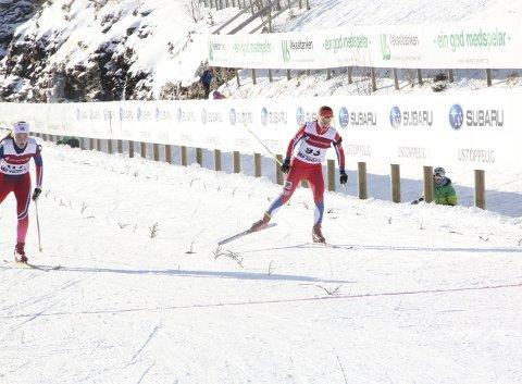 Hedda Carlsen (t.h.) og resten av skiskytterne i Fana er ikke bortskjemt med treninger på snø. Det ble likevel medalje på Carlsen under helgens LM på Voss, til tross for bare ti økter på snø!