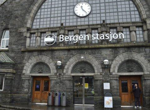 Mange har reagert på skiltet som nylig kom opp på fasaden av jernbanestasjonen.