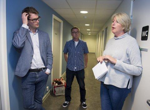 Sosialbyråd Erlend Horn (V) er oppgitt over helseministeren. Her sammen med daglig leder i Strax-huset Hugo Torjussen og leder for Sprøyterommet Grethe Nilsen.
