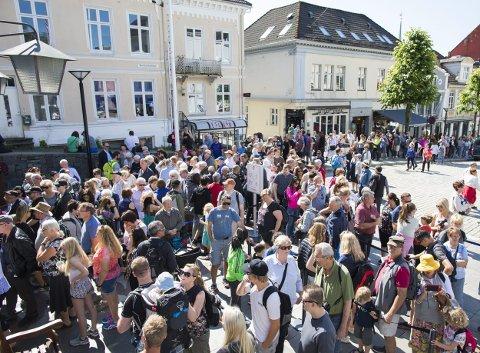 Hver sommer er det lange køer av turister som vil ta Fløibanen. Til neste år øker prisene.