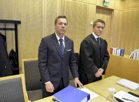 Øystein Bugge Nergård (t.v.), her sammen med sin advokat Vegard Langeland Hagen, har saksøkt mikrobryggkonsernet Norbrew. Mandag møttes partene i Oslo tingrett.