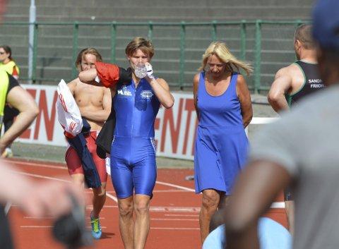 Talentfull: Andreas Haara Bakketun (blå drakt) satser for fullt på 400 meter hekk. Han trenes av Heidi Benserud (til høyre) og Geir Sjursen.FOTO: Sindre Wiik