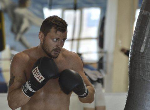 Tim-Robin Lihaug går kamp mot finske Janne Forsmann fredag kveld. 2018 startet med seier mot Vasyl Kondor, og Lihaug håper å følge opp med en ny seier. – Jeg er forberedt på en tøff kamp, sier Lihaug. Her fra forberedelsene i Bergen sentrum.